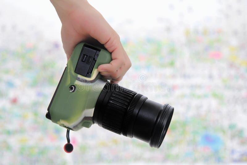 Modelo derecho del camuflaje del silicón del desgaste de la cámara que se sostiene DSLR fotos de archivo libres de regalías