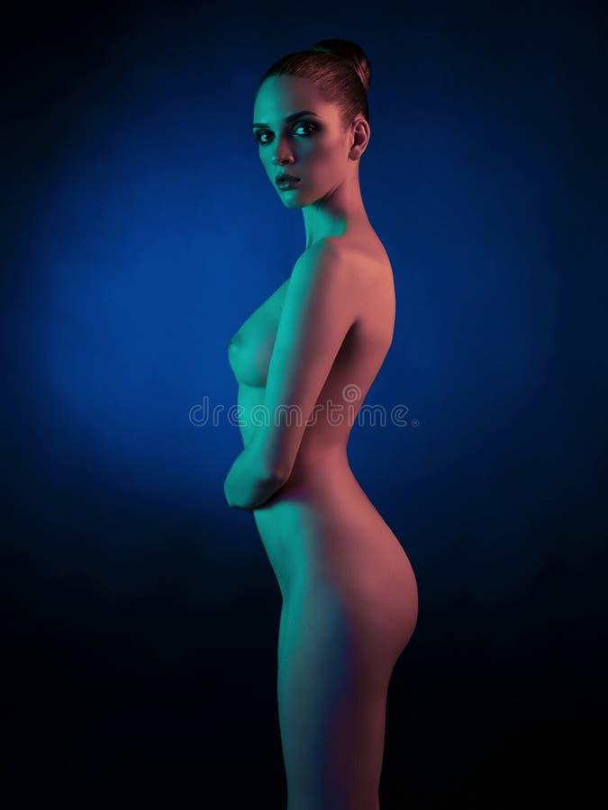 Download Modelo Desnudo Elegante En Los Proyectores De Color Claro Imagen de archivo - Imagen de fondo, caliente: 100531767
