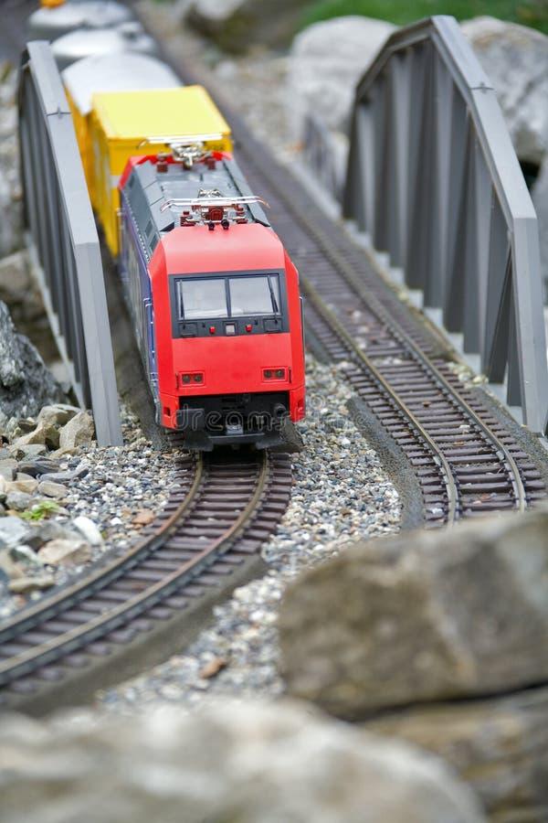 Modelo diminuto do brinquedo do trem moderno fotografia de stock royalty free