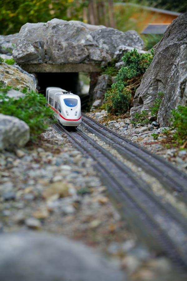 Modelo diminuto do brinquedo do trem moderno fotos de stock royalty free