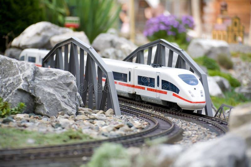 Modelo diminuto do brinquedo do trem moderno foto de stock