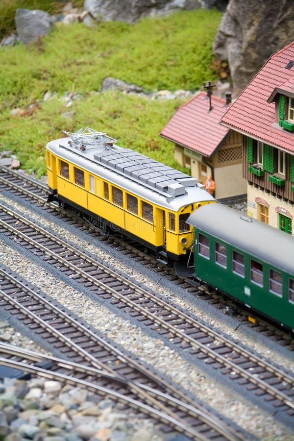 Modelo diminuto do brinquedo do trem velho foto de stock