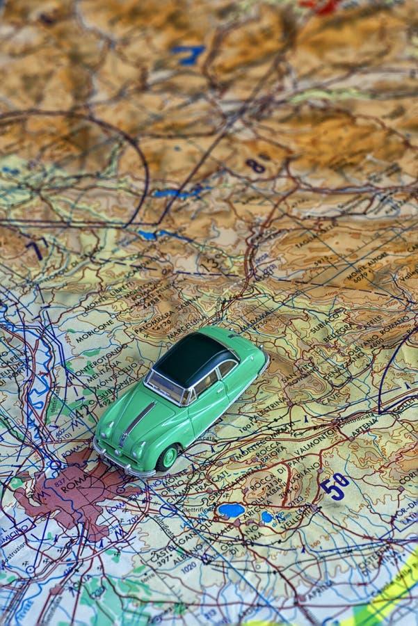 Modelo do carro de Austin Atlantic em um mapa, dirigindo para Roma foto de stock royalty free