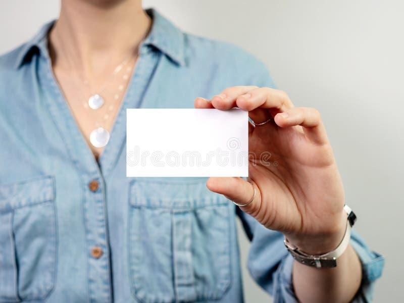 Modelo do cartão da posse da mulher fotos de stock