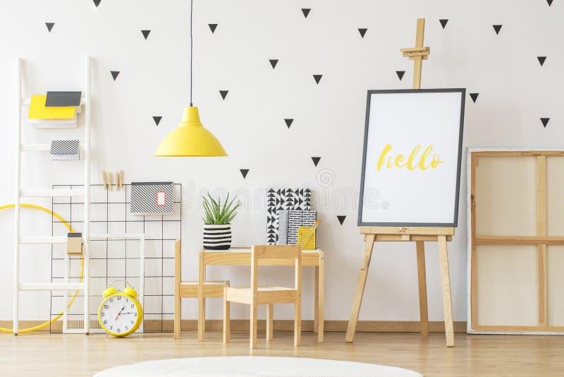 Modelo do cartaz ao lado de uma mesa com e de uma planta de madeira pequenas o do aloés imagens de stock royalty free