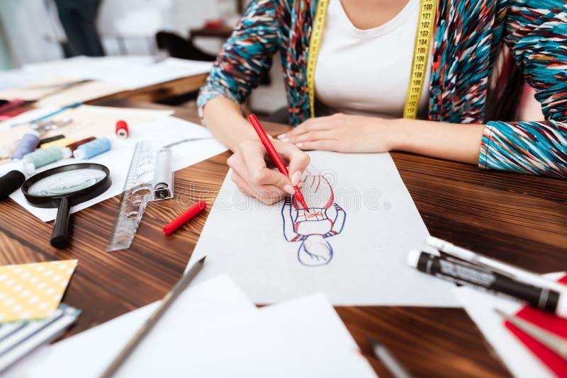 Modelo do desenho do desenhador de moda no papel foto de stock