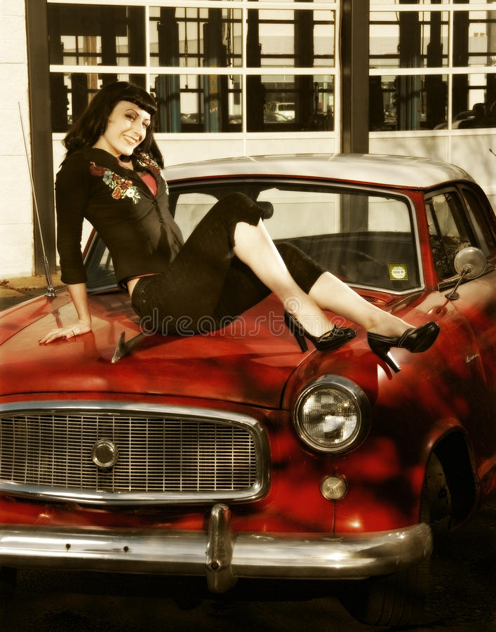 Modelo do estilo Pin-Acima em um carro 50s imagens de stock royalty free
