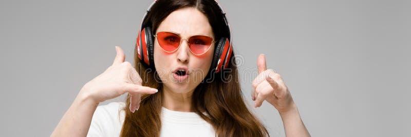 modelo do Mais-tamanho nos fones de ouvido fotos de stock royalty free
