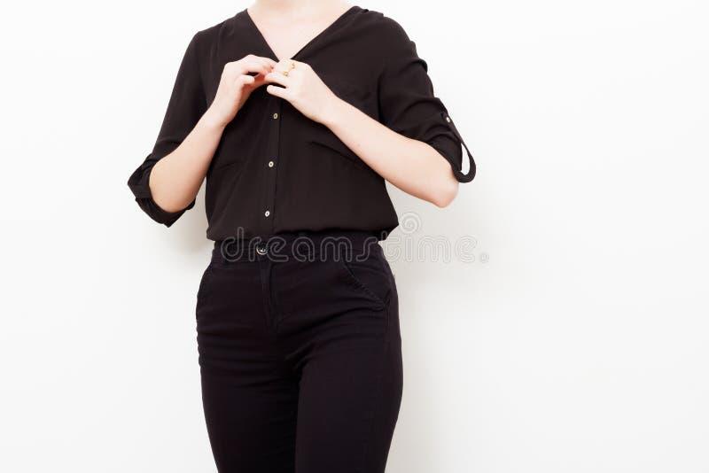 Modelo do moderno swag Estilo m?nimo Encanto do vintage Modelo elegante em uma camisa de seda na moda e em umas calças pretas equ imagens de stock royalty free