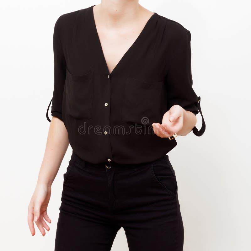 Modelo do moderno swag Estilo m?nimo Encanto do vintage Modelo elegante em uma camisa de seda na moda e em umas calças pretas equ fotos de stock royalty free