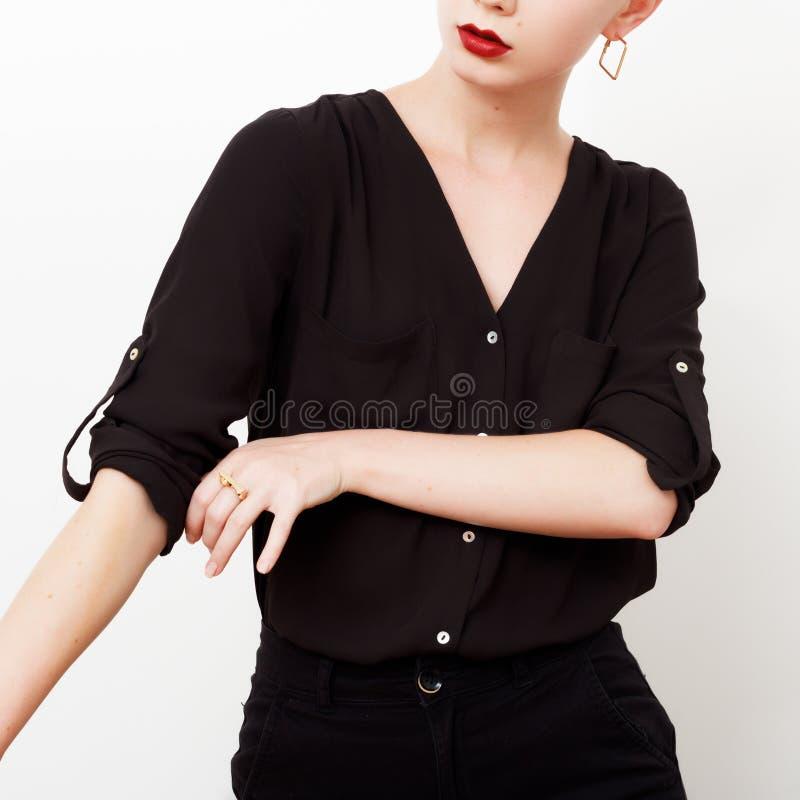 Modelo do moderno swag Estilo m?nimo Encanto do vintage Modelo elegante em uma camisa de seda na moda e em umas calças pretas equ foto de stock royalty free