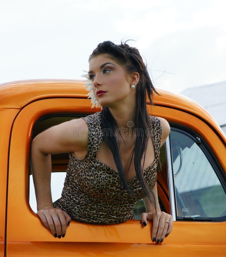 Modelo do Pinup no caminhão do vintage imagem de stock