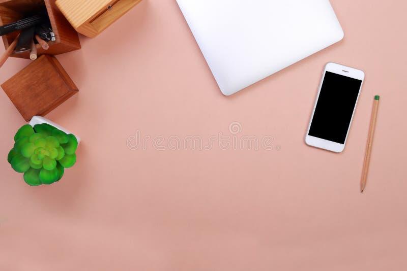 Modelo do portátil da vista superior e artigos de papelaria do escritório com espaço pastel do fundo para o texto imagem de stock royalty free