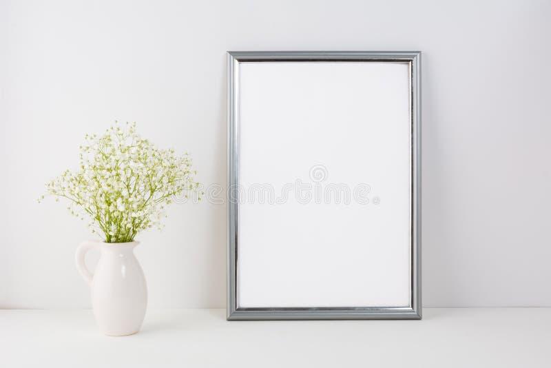 Modelo do quadro com as flores macias brancas fotos de stock royalty free