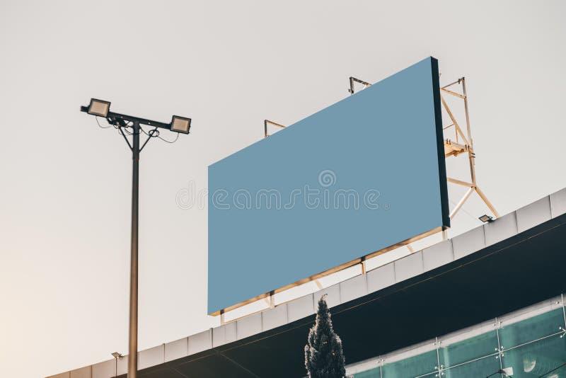 Modelo do quadro de avisos no telhado fotos de stock