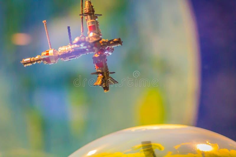 Modelo do satélite que orbita em torno da terra Nave espacial Progres foto de stock royalty free