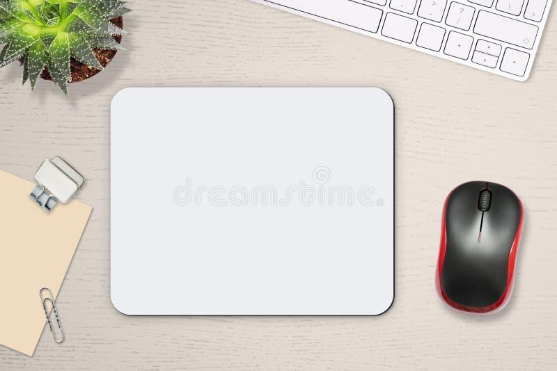 Modelo do tapete do rato Esteira branca na tabela com suportes, rato e teclado fotografia de stock royalty free