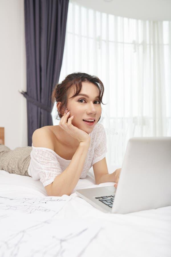 Modelo do Transgender que descansa na cama imagens de stock royalty free