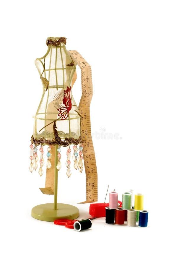 Modelo do vestido do vintage e equipamento sewing imagem de stock royalty free