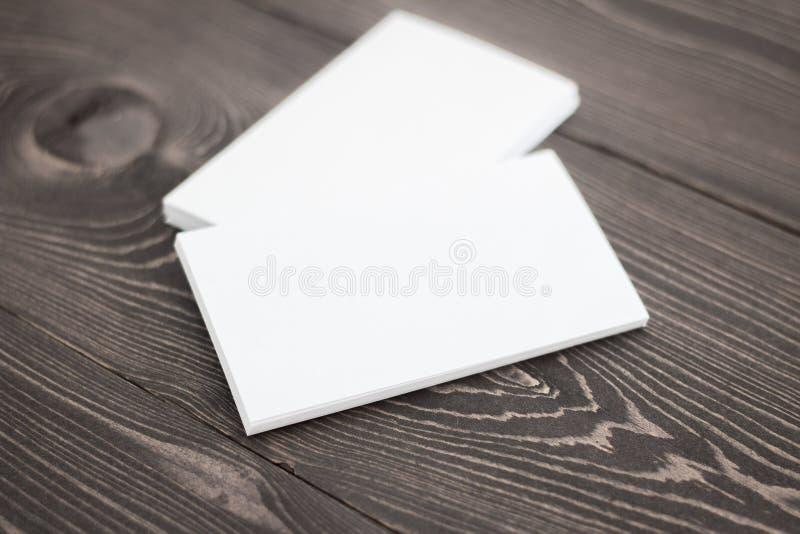 Modelo dos cartões, foto da pilha dos cartões em um fundo de madeira escuro imagem de stock royalty free