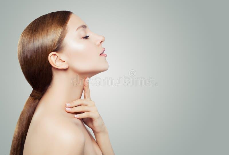 Modelo dos termas da jovem mulher com pele clara no fundo branco Tratamento facial, medicina estética e conceito da cosmetologia imagem de stock