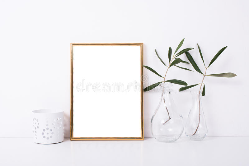 Modelo dourado do quadro na parede branca fotografia de stock royalty free