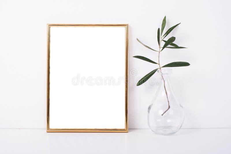 Modelo dourado do quadro na parede branca imagens de stock
