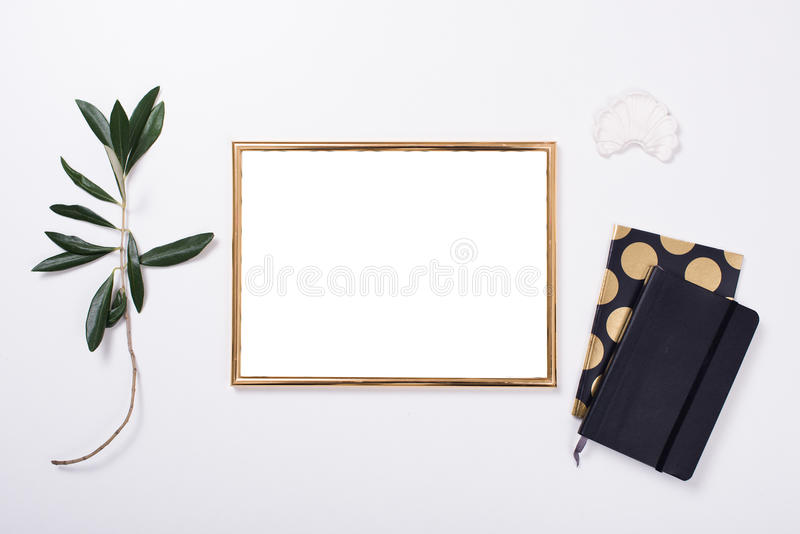 Modelo dourado do quadro no tabletop branco imagens de stock royalty free