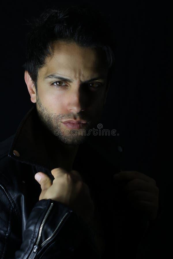 Modelo dramático do homem da forma no casaco de cabedal preto imagem de stock