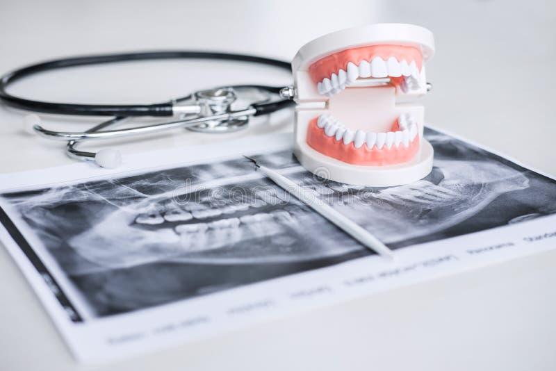 Modelo e equipamento dentais no filme de raio X do dente e no estetoscópio usados no tratamento de dental e da odontologia pelo d imagens de stock royalty free