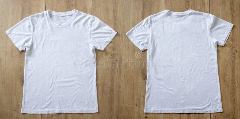 Modelo e molde do t-shirt no fundo de madeira para a forma e o designer gráfico imagens de stock royalty free