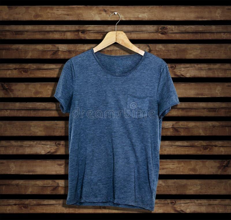 Modelo e molde do t-shirt no fundo de madeira para a forma e o designer gráfico fotos de stock royalty free