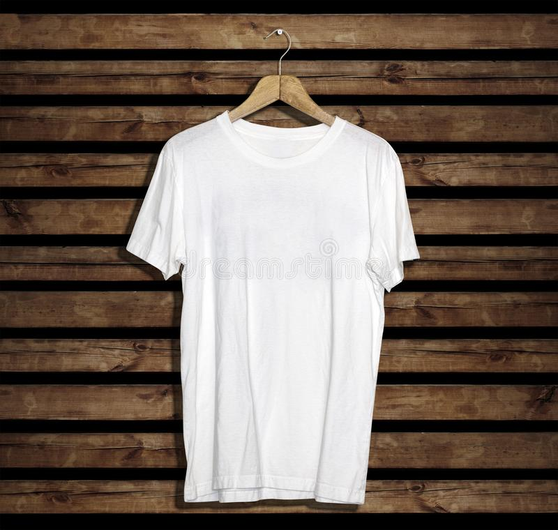 Modelo e molde do t-shirt no fundo de madeira para a forma e o designer gráfico fotografia de stock