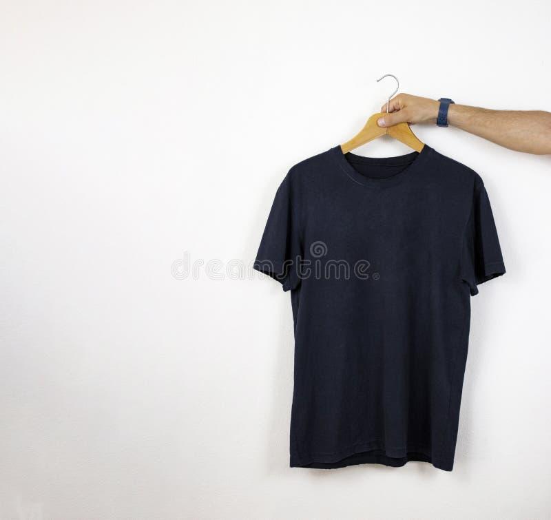 Modelo e molde do t-shirt no fundo isolado para a forma e o desenhista de matéria têxtil foto de stock royalty free