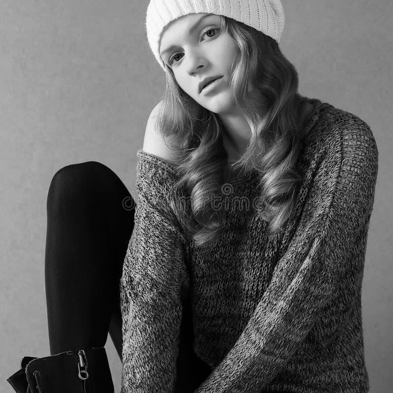 Modelo elegante bonito com cabelo encaracolado longo foto de stock royalty free