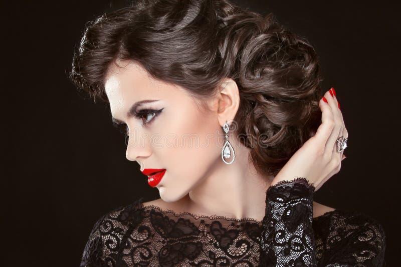Modelo elegante bonito da menina com joia, composição e cabelo retro imagens de stock