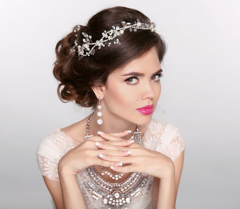 Modelo elegante bonito da menina com joia, composição e denominação retro do cabelo Pregos Manicured imagens de stock