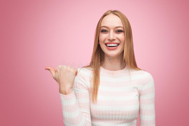 Modelo elegante sonriente que señala lejos con el finger imágenes de archivo libres de regalías