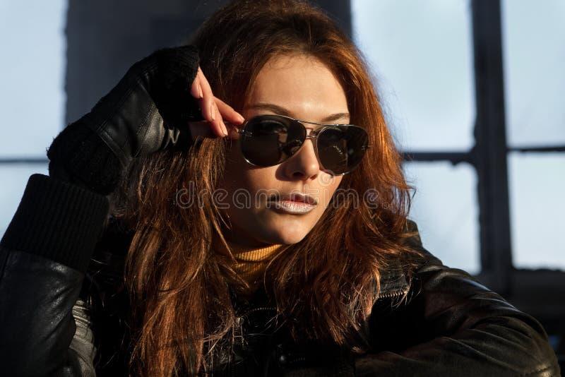 Modelo em óculos de sol pretos imagem de stock