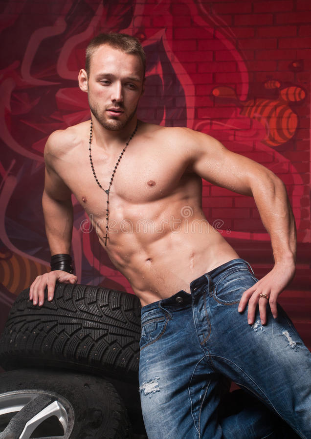 Modelo em pneus fotografia de stock