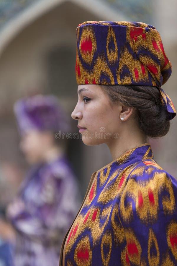 Modelo em um desfile de moda em Bukhara imagens de stock