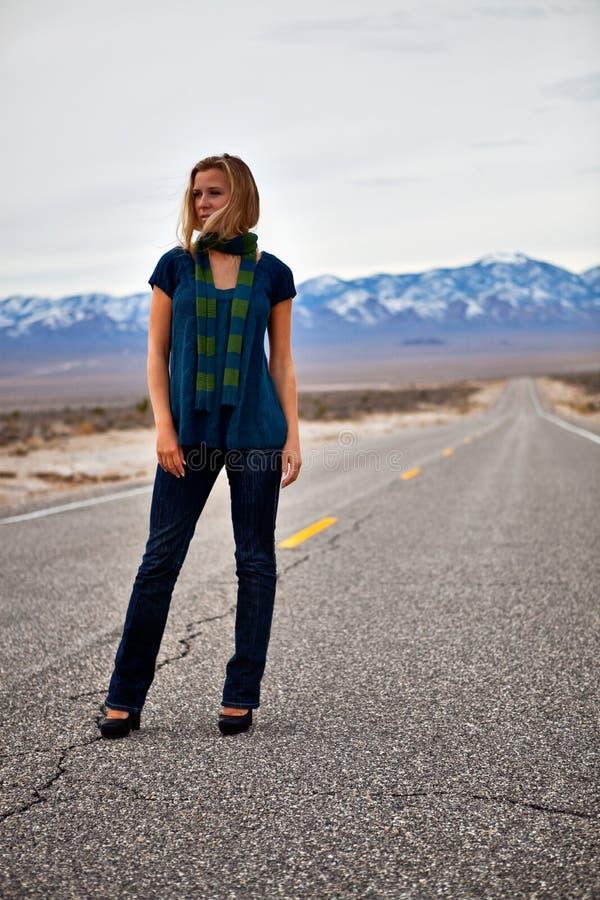 Modelo em uma estrada vazia fotografia de stock