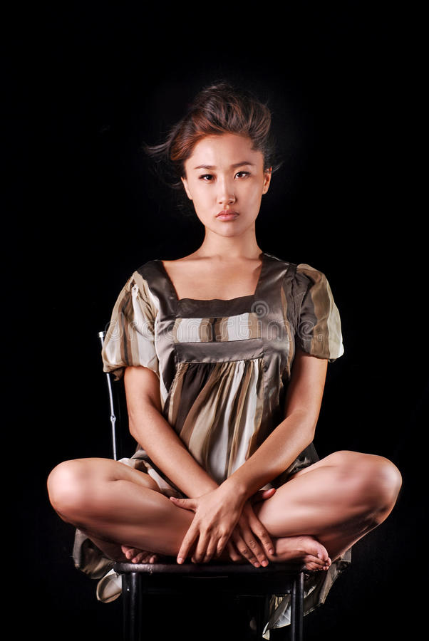 Modelo em vestido listrado que possing no estúdio Fundo fotografia de stock royalty free
