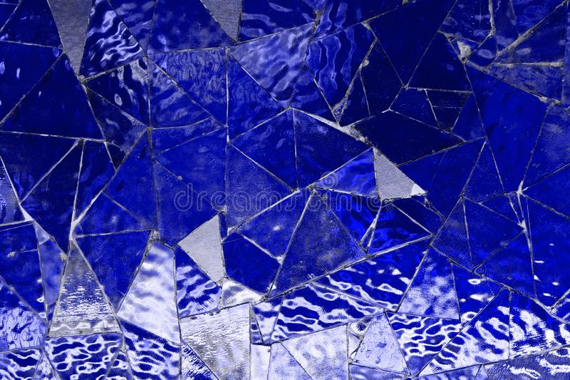 Modelo en blanco azul del grunge del mosaico de cristal del triángulo del espejo que se puede utilizar como modelo del fondo imagen de archivo