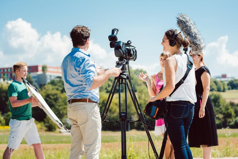 Modelo en el maquillaje durante el lanzamiento video en sistema de producción fotografía de archivo libre de regalías