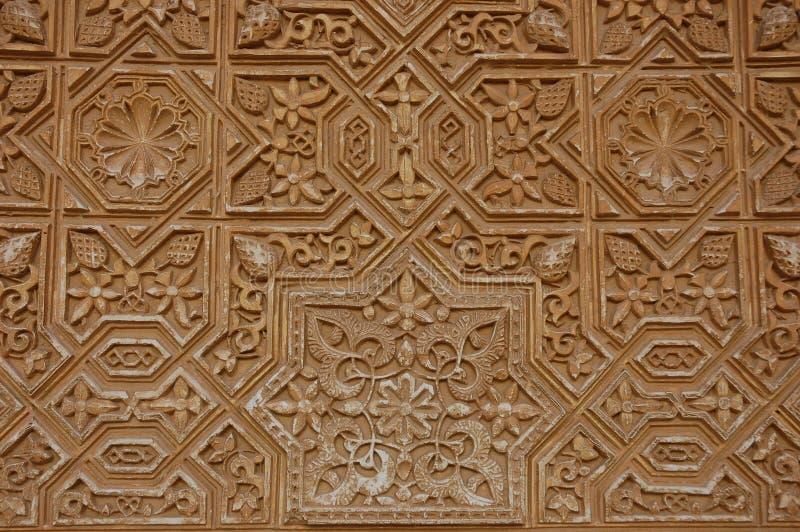 Modelo en la pared del palacio de Alhambra foto de archivo
