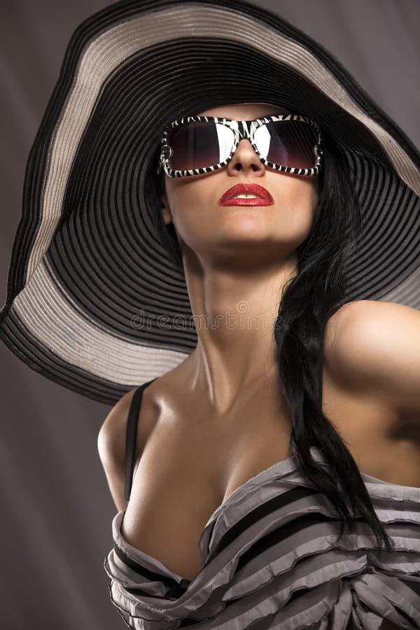 Modelo en sombrero rayado imagen de archivo