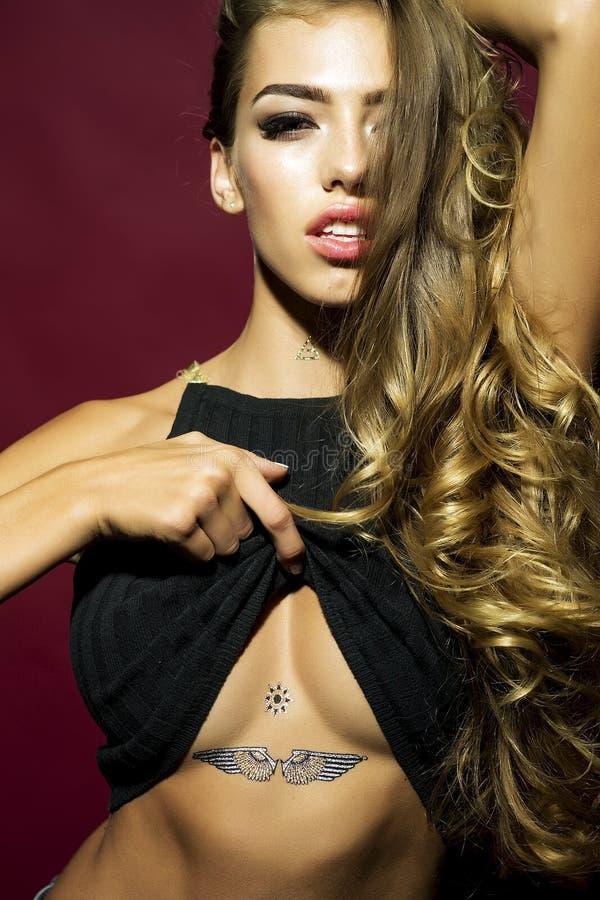 Modelo encantador com tatuagem fotos de stock royalty free
