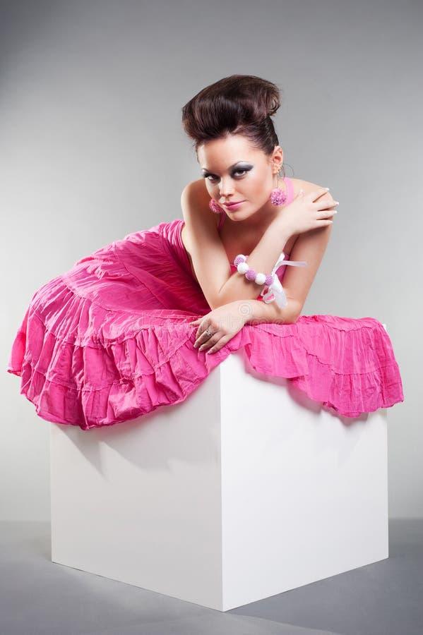 Modelo encantador en alineada rosada imagenes de archivo