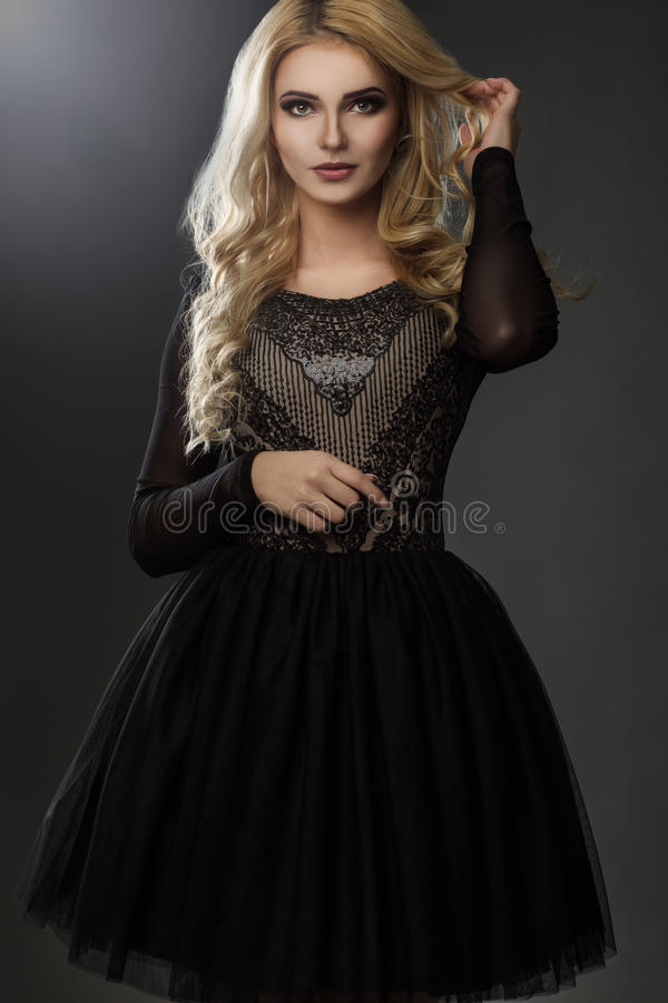 Modelo encantador no vestido preto, elegante foto de stock